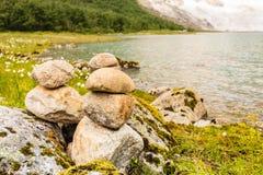 Stenenstapel op meerkust, Noorwegen Royalty-vrije Stock Fotografie