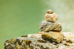 Stenenstapel op meerkust, Noorwegen Stock Foto's