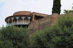 Stenfästning och balkong i den gamla Tbilisi staden arkivfoto