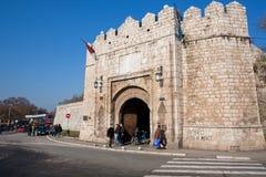 Stenfästningportar och tvärgata Royaltyfria Bilder