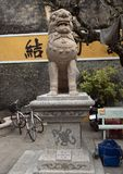 Stenförmyndarelinje staty, Cantonese aula i Hoi An arkivfoto