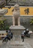 Stenförmyndarelinje staty, Cantonese aula i Hoi An arkivbild