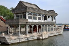 Stenfartyget på Kunming sjön på jordningen av sommarslotten i Peking Arkivfoto