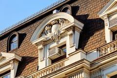 Stenfasad på klassisk byggnad Arkivfoto