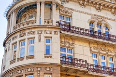Stenfasad på klassisk byggnad Arkivbilder