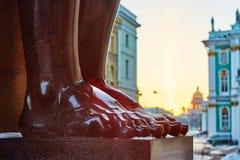 Stenfot av det atlant i St Petersburg Arkivbilder