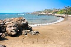 Stenframsida på härlig tropisk strand i Goa Royaltyfri Bild