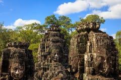 Stenframsidan står högt i den Bayon templet Royaltyfria Bilder