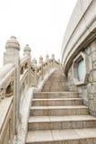 Stengångbana runt om stora buddha Hong Kong Arkivfoto