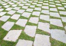 Stengångbanamodell på ett gräsfält i perspektivsikt Arkivfoto