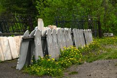 Stengravstenar är på försäljning i den öppna luften royaltyfri bild