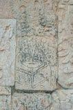 Stengravyr som visar en Mayan krigare, i det arkeologiska området av Chichen Itza royaltyfri foto
