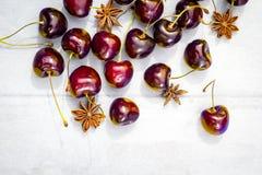 Stenhöstfrukt på trätabellen, mogna körsbär, lägenhetsikt royaltyfri bild