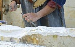 Stenhuggare som arbetar med hammaren och stämjärnet Royaltyfria Bilder