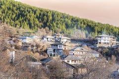 Stenhus med stentak i byn av Leshten fotografering för bildbyråer