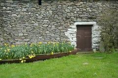 Stenhus och trädgård på Watendlath Keswick royaltyfria foton