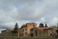 Stenhus på överkanten kan du se det Klocka tornet av domkyrkan i byn av Medinaceli Arkitektur historia, lopp royaltyfria foton