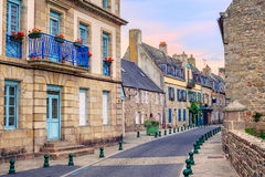 Stenhus på en gata i Roscoff, Brittany, Frankrike Arkivfoton