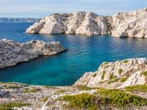 Stenig ö för vit Arkivbilder