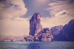 Stenig ö, filtrerat retro för naturbakgrund Royaltyfri Bild
