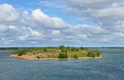 Stenig ö i Östersjön Arkivfoto