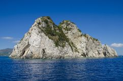 Stenig ö med inga personer, Zakynthos royaltyfria bilder