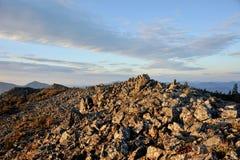 Stenig överkant av berget Arkivbild
