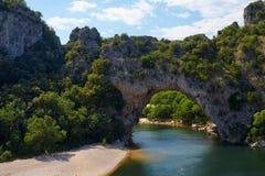 Stenig bro i klyftan av floden Ardeche Royaltyfri Foto