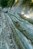 Stenig flodbädd som torkas upp bergfloden Arkivbilder