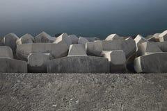 Stenig groyne i hamn Fotografering för Bildbyråer