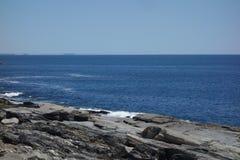 Stenig havkuststyrka, uttålighet, svårigheter, buse royaltyfri foto