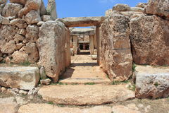 Stenig ingång till den forntida templet av Malta Royaltyfri Bild
