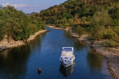 Stenig kaj vid floden Royaltyfria Bilder