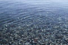 Stenig kaj vid sjön Arkivfoto