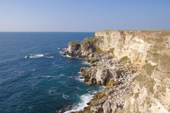 Stenig Kamen bryag seglar utmed kusten, Bulgarien arkivbild