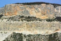 Stenig klippa bland de Crimean bergen Spår av att rida ut på ett avsnitt av vaggar Royaltyfria Foton