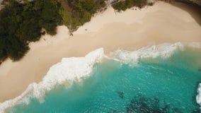 Stenig klippa med stranden i havet Karang Dawa stock video