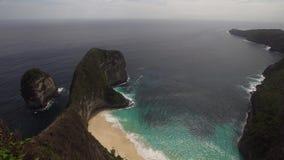 Stenig klippa med stranden i havet Karang Dawa lager videofilmer