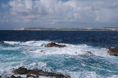 Stenig kust- öppning med avbrottsvågor Royaltyfria Foton