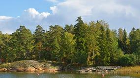 Stenig kust av ön av skärgården av Helsingfors Arkivfoto