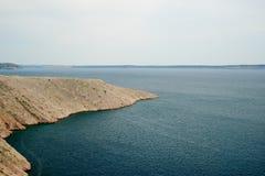 Stenig kust av ön pag i Kroatien Arkivbild