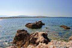Stenig kust av ön pag i Kroatien Arkivfoton