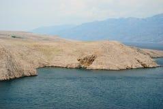 Stenig kust av ön Pag i sommaren Royaltyfri Bild