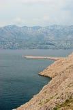 Stenig kust av ön Pag i sommaren Royaltyfria Bilder