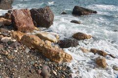 Stenig kust av Blacket Sea Arkivbilder