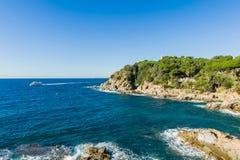Stenig kust av Costa Brava Arkivfoto