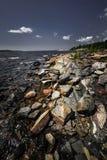 Stenig kust av den georgiska fjärden Arkivbilder