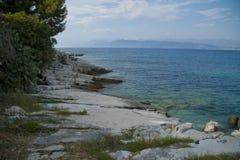 Stenig kust av den Korfu ön Royaltyfri Foto