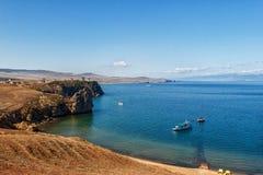 Stenig kust av Lake Baikal och fartyg royaltyfria foton