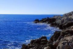 Stenig kust av medelhavet på en klar dag Royaltyfri Fotografi